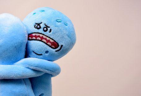 due pupazzi azzurri che si abbracciano