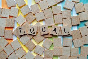 """pezzi del gioco da tavola Scarabeo che creano la scritta """"equal"""""""