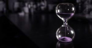 una clessidra a simbolizzare il valore dell'attesa