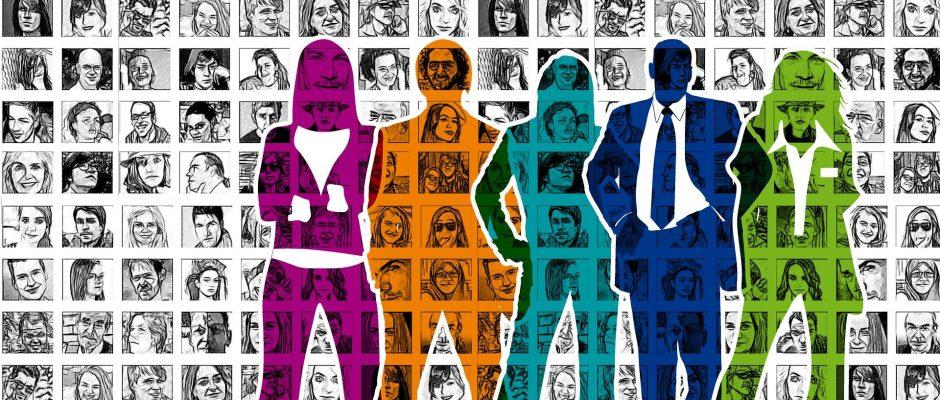 5 silhouette di uomini e donne di differenti colori su uno sfondo composto da tante cornici quadrate con dentro ritratti di volti differenti