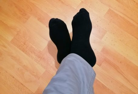 una foto dei miei piedi con indosso dei calzini neri