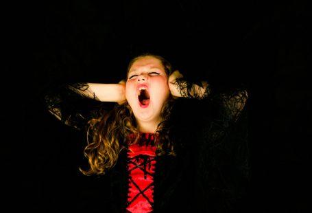 Una ragazza che urla tappandosi le orecchie