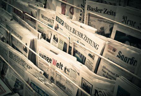 foto di quotidiani esposti in un'edicola