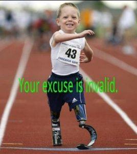 """La foto di un bambino su gambe prostetiche su una pista di corsa e la didascalia: """"La tua scusa è invalida"""""""