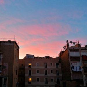 Il mio cortile al mattino quando tutti dormon o: una serie di palazzi antichi, balconi e terrazzi, panni stesi.