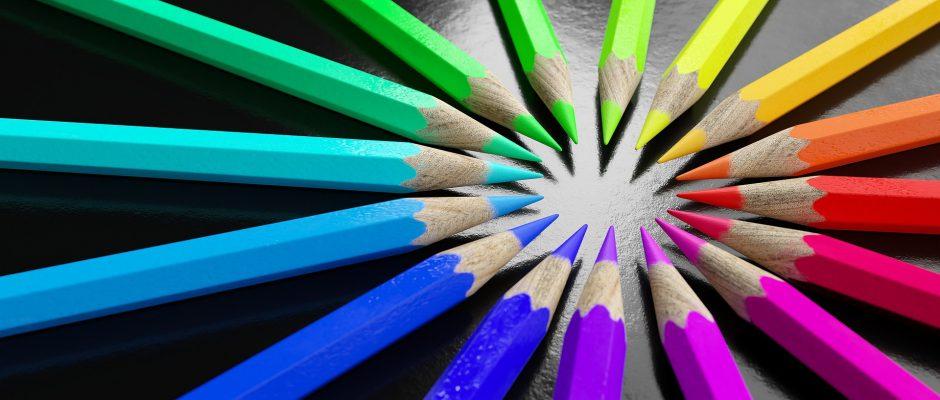 matite dei colori dello spettro luminoso disposte in cerchio con la punta verso l'interno