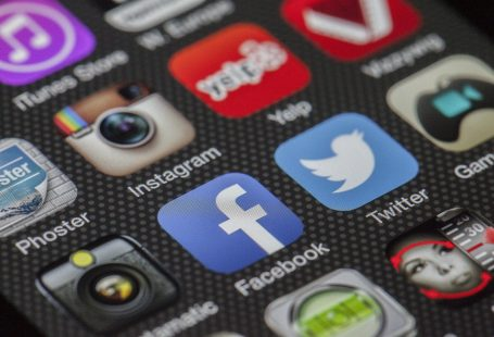 lo schermo di un cellulare su cui compaiono le icone di differenti reti sociali