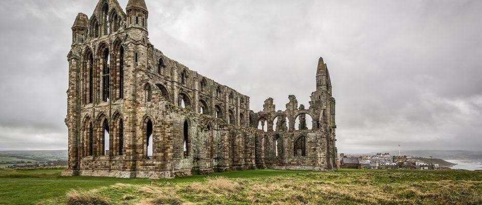 In foto le rovine dell'abbazia gotica di Whitby