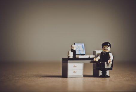 un omino di Lego seduto alla scrivania con un'espressione angosciata