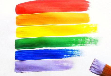 la bandiera LGBTQI+ dipinta con colori acrilici su carta